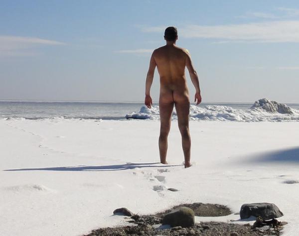 Русская нудистка на каменистом берегу моря