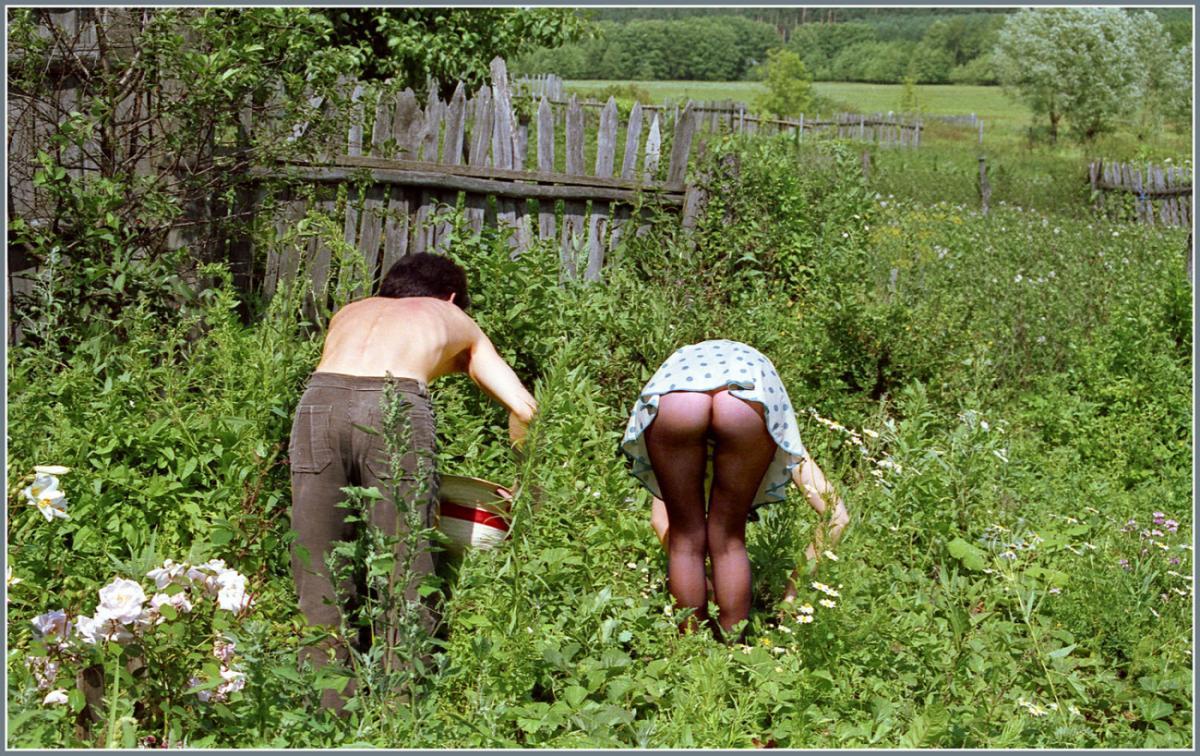 голые женщины на огороде фото